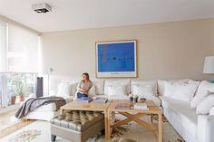 """3 vecinos nos muestran cómo decoraron sus casas  LIVING. Se resolvió con un generoso sillón en forma de """"L"""" con funda (Alejandro Meca) ubicado con un lado contra la pared y el otro mirando al río para aprovechar la vista. En el centro, sobre la alfombra estampada, cuatro mesas bajas de madera laqueada (Alejandro Meca), bajo una de las cuales se ve.  Foto:Living /Daniel Karp"""