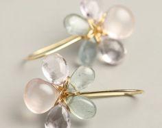 Flor perla pendientes pueden ser usados cuando desea ser el más elegante, o los pantalones vaqueros y camiseta días. Estos pendientes de alambre