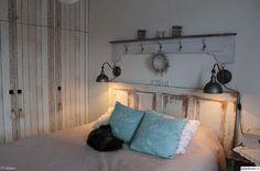 makuuhuone,maalaisromanttinen,maalaus,tapetti,lautatapetti,vanha ovi,naulakko,puusohva,harmaa lauta,Tee itse - DIY,diy seinähylly,diy sängynpääty,vintage,remontti,makuuhuoneen sisustus