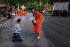 Nakarmić tajlandzkiego mnicha. Przed podaniem posiłku trzeba  poprosić  mnicha o błogosławieństwo