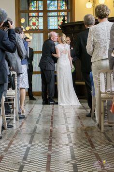 Adhara Bodas - Fotografía de Bodas www.adharabodas.com boda / wedding / romantica / romantic / Valencia / España / Spain / Palau de l'Exposició / Palacio de la Exposición / pareja / couple / amor / love / groom and bride / mr and mrs / padre de la novia / bride's father / ceremonia / ceremony