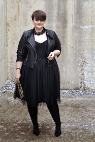 In a style rut? A long line of a single color helps slim and elongate the body. … In a style rut? A long line of a single color helps slim and elongate the body. Via Curvy Claudia. Plus Size Goth, Look Plus Size, Plus Size Women, Black Women Fashion, Curvy Fashion, Plus Size Fashion, Womens Fashion, Ladies Fashion, Plus Zise