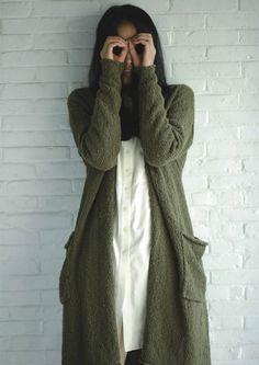 Hama girl long green cardigan and white shirt Basic Outfits, Warm Outfits, Cute Outfits, Green Cardigan, Maxi Cardigan, Long Cardigan, Long Sweaters, Korean Fashion, What To Wear