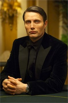 James Bond villain Mads Mikkelsen as Le Chiffre from Casino Royale. It's my belief that black on black suits (or tuxes) are sexier Daniel Craig, 007 Casino Royale, Casino Night Food, James D'arcy, Hannibal Lecter, Dr Hannibal, Casino Outfit, Mads Mikkelsen, Casino Theme Parties