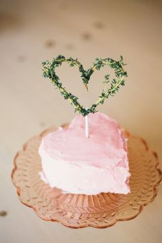 DIY: Megan Forbes of Goldmine Photos: Christina Hussey How adorable is this DIY cake topper? All you need is fresh thyme, floral wire, a cake pop stick, scissors, and a heart shaped cake. Cupcakes, Cupcake Cakes, Valentines Day Cakes, Valentines Diy, Funny Valentine, Valentine Heart, Diy Cake Topper, Cake Toppers, Pretty Cakes