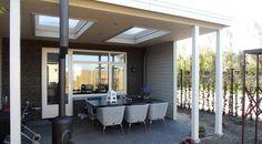 Houten Veranda 04 (Veranda 5,5 x 3,75 meter)  Afmetingen 5.50 m. x 3.75 m. Uitgevoerd met Meranti staanders 125 x 125 mm. Plat dak, hoogte 3.00 m.  Standaard boeiboorden van rabat.  Lichtkoepels worden optioneel geplaatst.