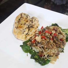 Un almuerzo perfecto para esos días que no tenemos tiempo.  Pechuga q la plancha con orégano y una deliciosa ensalada de raíces chinas con champiñones. #DatosFit #IdeasFit #VidaSaludable #NoEsDieta #ComidaSaludable #Almuerzo #FitLunch #HealthyLunch #Healt