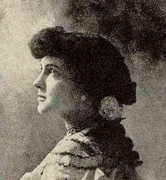 Delmira Agustini poetiza uruguaya: Eterna soñadora e incansable luchadora por la defensa de la libertad del ser humano y por lograr un mundo mejor y más justo entre hombres y mujeres. Amante apasionada.Asesinada por su ex marido por celos