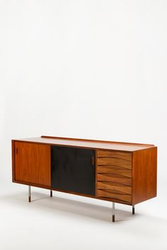 Like the handles. Arne Vodder Trienale Sideboard - okay art Mcm Furniture, Vintage Furniture, Furniture Design, Retro Sideboard, Teak Sideboard, Mid Century Modern Living Room, Mid Century Modern Furniture, Scandinavian Furniture, Buffet