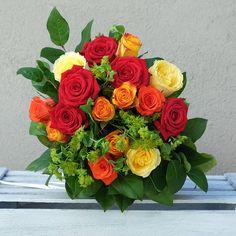 Sorprende a tus seres queridos enviando un ramo de rosas variadas de la mejor calidad en colores rojos, amarillos y anaranjados.