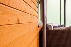 Kerrostalon parvekkeellekin pystytään luomaan pientalolle ominaista terassitunnelmaa vuoraamalla seinät puulla.