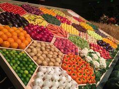 Vegetable Packaging, Fruit Packaging, Fruit Stands, Food Stands, Fruit And Veg Shop, Juice Bar Design, Produce Displays, Vegetable Shop, Rainbow Fruit