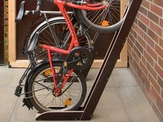 Build a bike stand yourself This is often a thing with bicycle stands. Either the wheels are on the floor – which saves littl stand Bike Stand Diy, Bicycle Stand, Cast Iron Railings, Range Velo, Welding Technology, Build A Bike, Stainless Steel Railing, Garage Shed, Ideas