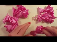 Flor de tela satinada Organza Flowers, Diy Flowers, Flowers In Hair, Fabric Flowers, Baby Hair Bands, Baby Hair Clips, Ribbon Flower Tutorial, Flower Pillow, Flower Hair Accessories