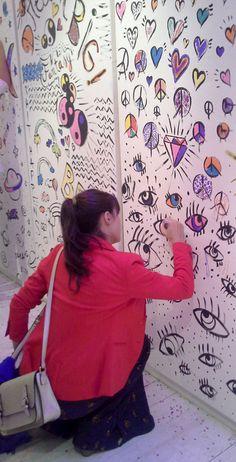 Los invitados (acá Tere Grasset) se entretuvieron pintando el mural de MuaA! + Candelaria Tinelli. Deco, Invitations, Yurts, Artists, Drawings, Art, Decor, Deko, Decorating