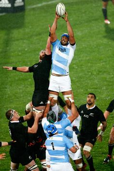 Argentina's Mariano Galarza wins the ball against Kieran Read at the lineout Rugby League, Rugby Players, Pumas, Rugby School, Rugby News, Lycra Men, Grillin And Chillin, Super Rugby, Beefy Men