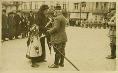 Les sept cent mille veuves de guerre françaises de la première guerre mondiale sont avant tout des victimes féminines sans capacité d'action personnelle. Elles sont informées de la perte de leur co…