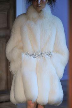 Serkan Cura at Couture Fall 2015 - Details Runway Photos Fur Coat Fashion, Look Fashion, Runway Fashion, High Fashion, Winter Fashion, Fashion Outfits, Womens Fashion, Fashion Design, Petite Fashion