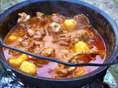 A gulyás titka, amit minden magyarnak ismernie kell! Lamb Recipes, Cooking Recipes, Romania Food, Dutch Oven Cooking, Good Food, Yummy Food, Hungarian Recipes, Food Tasting, Rind