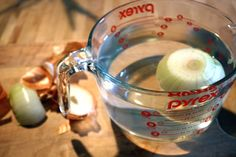 Cut an onion without tearing up by soaking an onion in water for at least 15 minutes before cutting it. How To Cut Onions, Baking Tips, Food Hacks, Food Tips, Good To Know, Love Food, Helpful Hints, Meal Planning, Remedies