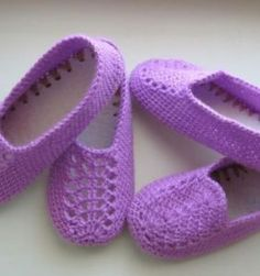 Crochet comfortable and beautiful purple slippers for home. Free patterns for crochet purple slippers Crochet Slipper Pattern, Crochet Shoes, Crochet Baby Booties, Knitted Slippers, Slipper Socks, Sock Shoes, Baby Shoes, Purple Slippers, Boot Toppers