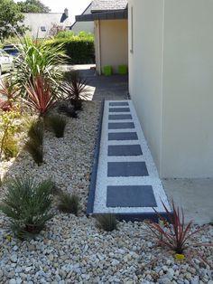 4: mise � niveau des dalles qui sont pos�es sur le lit de sable... phase la plus longue! 5: remplissage des espaces par du gravier blanc - Extension au pays de Landerneau par liloumat sur ForumConstruire.com