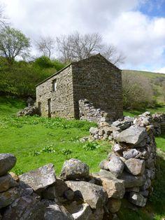 Deserted barn on the walk from Muker to Keld, Yorkshire Dales. Yorkshire England, Yorkshire Dales, North Yorkshire, Natural Homes, Stone Walls, England And Scotland, Farm Yard, English Countryside, British Isles