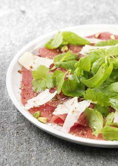 Carpaccio de bœuf et salade d'herbes fraîches
