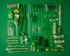 Série fotográfica de doces organizados por cores