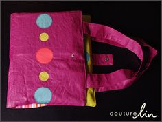 Pochette créative en lin enduit Rose Berry (http://www.couturelin.com/catalog/product/view/id/273/s/tissu-pur-lin-enduit-couleur-rose-berry/category/2/).  Elle comprend de nombreux compartiments et poches pour permettre de ranger cahier, crayons de couleur, pinceaux, ciseaux...