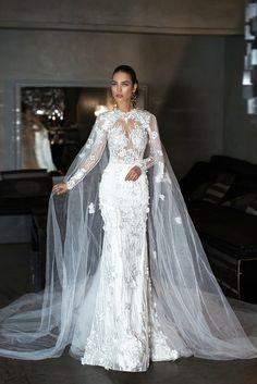 vestido novia romantico corte sirena con apliques de flores y largo velo, parte superior con partes transparentes