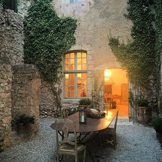 Inspiration - cultivating creeping vines, usage for courtyard A big Merci to our friends Marie-Christine and Louis at the Chateau de Moissac… Outdoor Rooms, Outdoor Gardens, Outdoor Living, Outdoor Kitchens, Casa Patio, Design Jardin, Tuscan Style, French Country House, Stone Houses