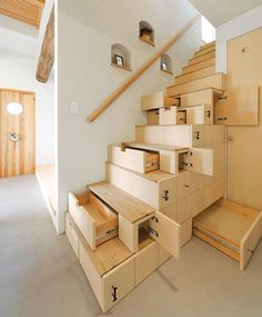 praktische Holztreppen mit Schubladen zur Aufbewahrung