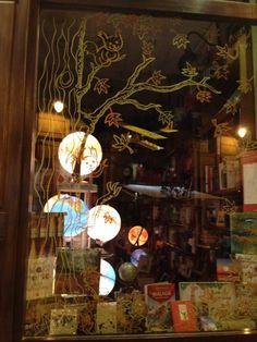 Escaparate de la librería malagueña Mapas y Compañía (@mapasycia) No me digáis que no es una obra de arte