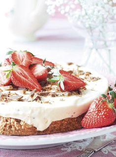 Mandelmarengsbunden er sej og lækker, og den hakkede Daim-chokolade mærkes som små knasende karamelstykker i den cremede is.