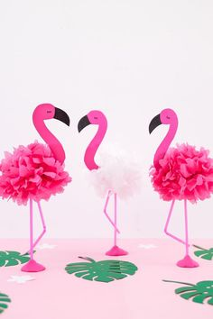Tinker DIY Pompon Flamingos – ideal decoration for the next summer party - New Deko Sites Flamingo Craft, Pink Flamingo Party, Flamingo Decor, Flamingo Birthday, Rose Pompon, Diy Pompon, Diy Party Dekoration, Bird Pillow, Diy Letters