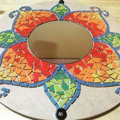 #mosaico #mandalas #espejo #artesanal #talleres #enproceso #mosaiquismo - aticataller Mosaic Tray, Mirror Mosaic, Diy Mirror, Mosaic Glass, Mosaic Tiles, Glass Art, Art Decor, Decoration, Diy And Crafts