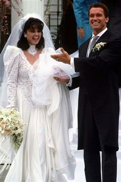 Maria Shriver & Arnold Schwarzenegger 1986 - trying to carry her train so no-one steps on it and pulls her over !!!