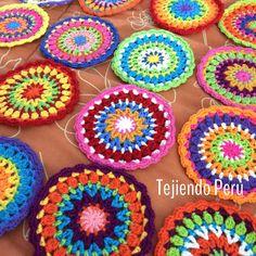 Si tienen un tiempito, hoy domingo, les recomendamos tejer mandalas!   Llenarán su día de energía y color!