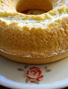 Hoje trago um bolinho pequeno e muito, mas mesmo muito simples de fazer. Fica um bolo macio, delicioso para o lanchinho com o chá ou um co...