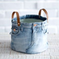 Stoffkorb aus alten Jeans nähen Sew the fabric basket from old jeans, Jean Crafts, Denim Crafts, Artisanats Denim, Recycle Jeans, Free Sewing, Diy Fashion, Sewing Projects, Tote Bag, Bags