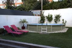 Piscina decagonal alongada (Naturalis 02) em betão com estrutura exterior com aspeto de madeira.