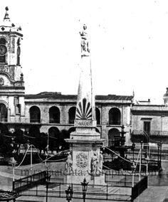 Pirámide de Mayo con cuatro de las 16 esculturas que estaban en la cúpula del banco Provincia de Buenos Aires.
