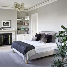 Step inside this Victorian townhouse in London where artistic touches and attention to detail shine through Modern Victorian Bedroom, Victorian Terrace Interior, Victorian House Interiors, Victorian Townhouse, Modern Bedroom, Master Bedroom, Teen Bedroom, Townhouse Interior, London Townhouse