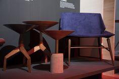 Mesinhas da linha Concretista e Poltrona Ecan, do estúdio Em2 Design