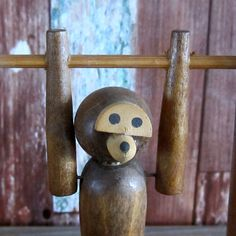 Articulated  Wooden Monkey on Bar door VintageStation op Etsy https://www.etsy.com/nl/listing/451624592/articulated-wooden-monkey-on-bar