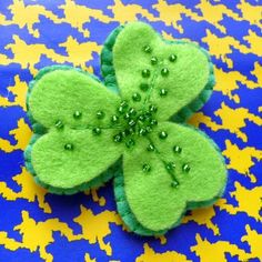 St Patrick's Day Pins - JEWELRY AND TRINKETS - Ive made some felty Shamrock pins for good luck on St Patricks Day They're decorated with glass beads and have been stuffed with wool to ma St Patrick's Day Crafts, Crafts To Do, Felt Crafts, Arts And Crafts, Sant Patrick, Happy St Paddys Day, St. Patrick's Day Diy, Felt Flower Tutorial, St Patrick Day Activities