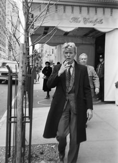 English singer-songwriter David Bowie - on Madison Avenue, New York, January He is at the Carlyle Hotel for a press conference. (Photo by Art Zelin/Getty Images)Image provided by Getty Images. Ziggy Stardust, Freddie Mercury, The Thin White Duke, Black And White, David Bowie Outside, Michel Delpech, David Bowie Art, David Bowie Smoking, David Bowie Young