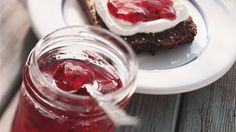 Leckere Marmelade mit einem Hauch Minze: Himbeer-Johannisbeer-Konfitüre | http://eatsmarter.de/rezepte/himbeer-johannisbeer-konfituere