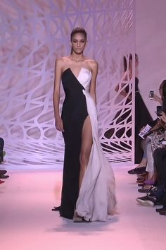 Stunning Black and White Strapless Slit Sheath Evening Maxi Dress / Evening Gown with V-Neck Cut and a Train. Runway Show by Zuhair Murad Haute Couture Style, Couture Mode, Haute Couture Gowns, Couture Dresses, Couture Fashion, Runway Fashion, Stunning Dresses, Beautiful Gowns, Elegant Dresses